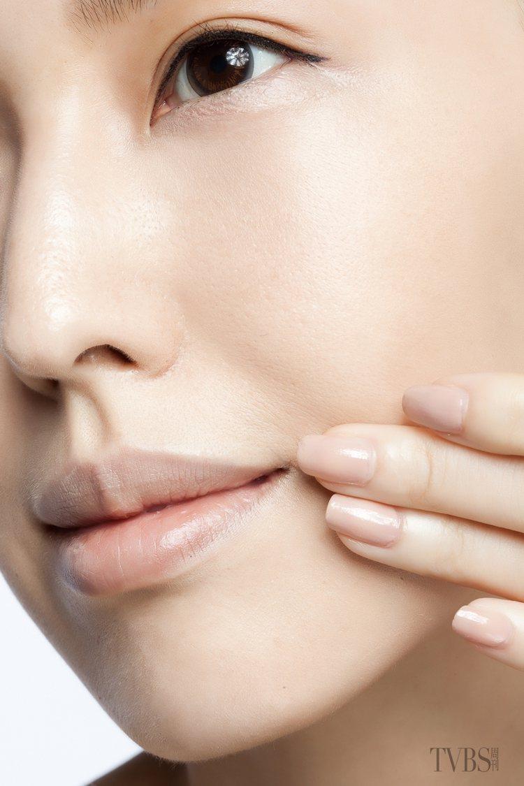5.針對大面積的暗沉部位,例如嘴角、下巴或是額頭,可利用指腹沾取少量粉底,以按壓...