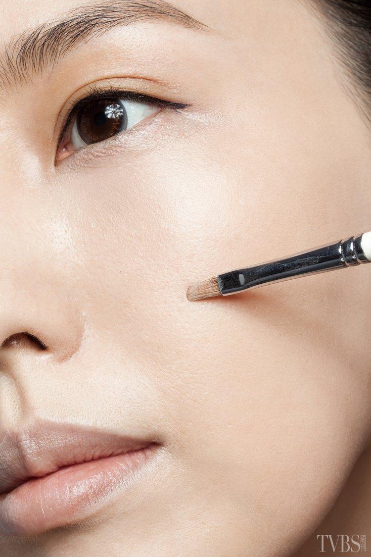 6.針對局部斑點或痘疤,可以利用遮瑕刷沾取少量粉底,點在局部瑕疵上。圖/TVBS...