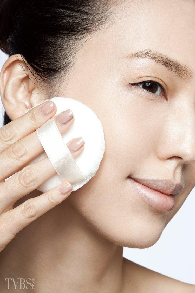 7.將粉撲沾取少量的粉餅,輕壓臉部定妝。圖/TVBS周刊提供