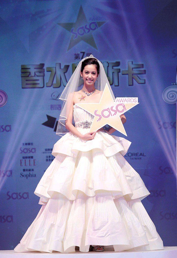 第7屆莎莎香水奧斯卡香水大使陳庭妮婚紗出場。圖/莎莎提供