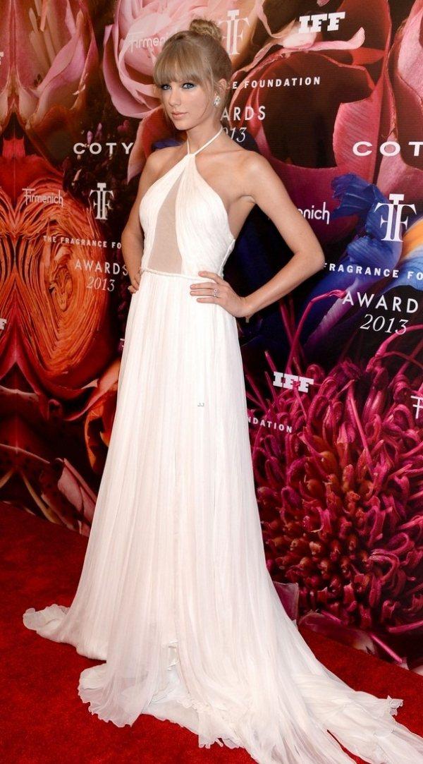 泰勒絲推出個人第三支香水《Taylor》在美國紐約第41屆香水獎中獲得年度香水名...