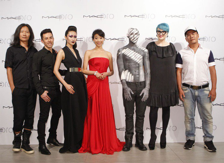 彩妝品牌M.A.C推出最新的M.A.C PRO專業彩妝系列,特別與四度入圍葛萊美...