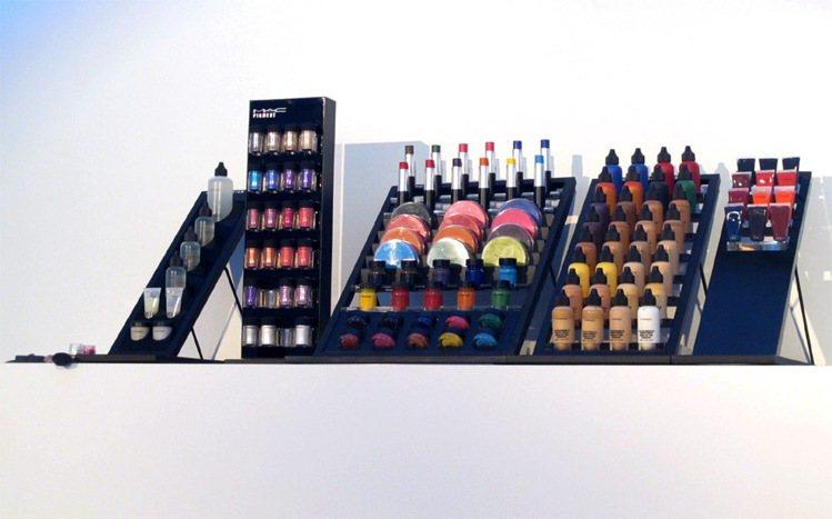 彩妝品牌M.A.C推出最新的M.A.C PRO專業彩妝系列,用繽紛多樣化的色彩和...