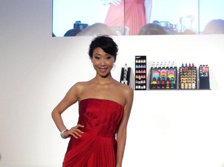 胡婷婷穿著一身紅色訂製禮服、頂著M.A.C亞太區彩妝藝術總監James Moll...