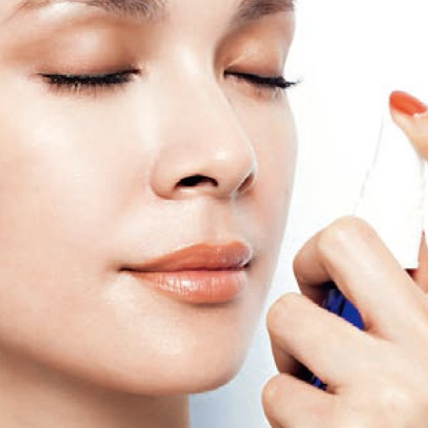 底妝篇:2.全臉噴保濕噴霧,讓油水平衡。圖/she.com Taiwan提供