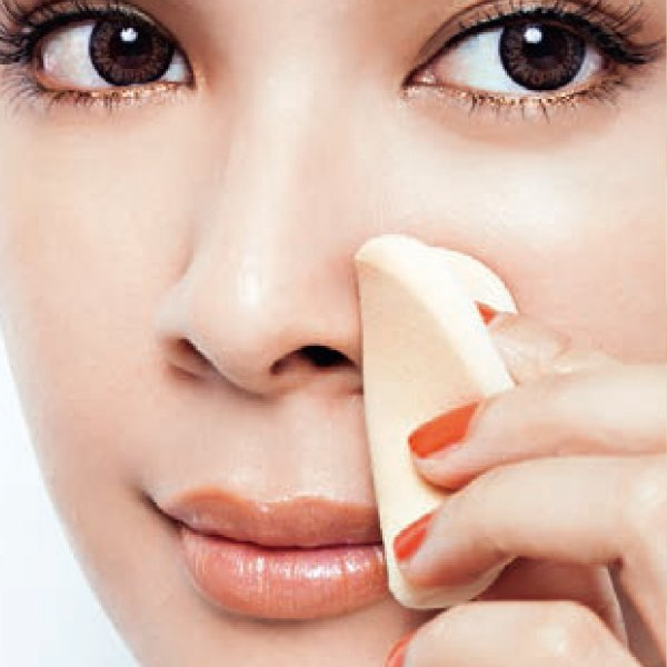 底妝篇:3.將原本就沾過粉底的海綿,按壓脫妝部位,使粉塊均勻。圖/she.com...