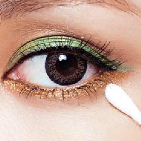 眼妝篇:1.棉花棒沾少許乳液,將眼皮上暈開的眼妝或黑眼圈的卡粉推開。圖/she....