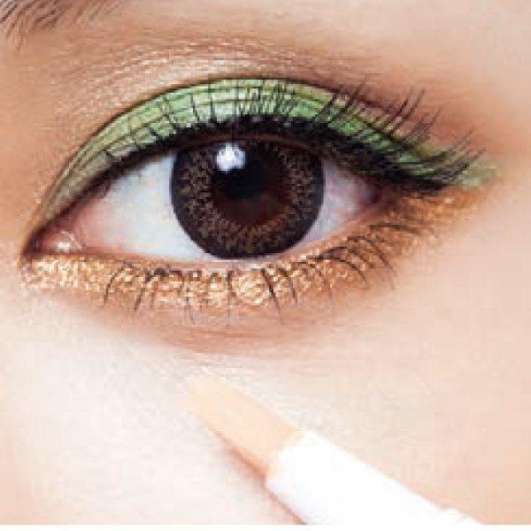 眼妝篇:2.用遮瑕筆塗少量在黑眼圈,再以指腹拍勻。圖/she.com Taiwa...