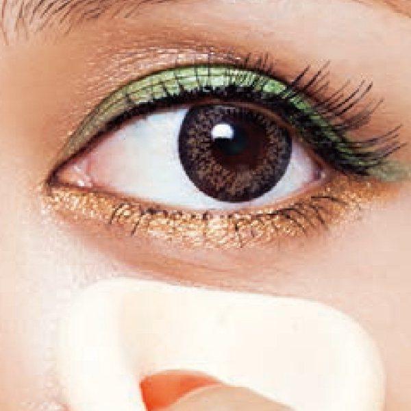 眼妝篇:3.按壓少許蜜粉在眼下定妝。圖/she.com Taiwan提供
