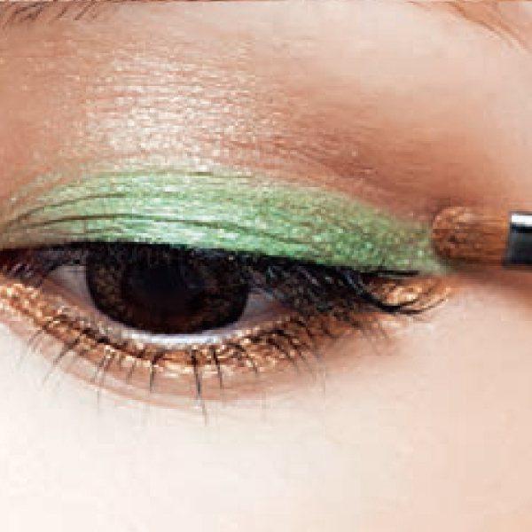 眼妝篇:4.重新補脫落的眼線和眼影。圖/she.com Taiwan提供