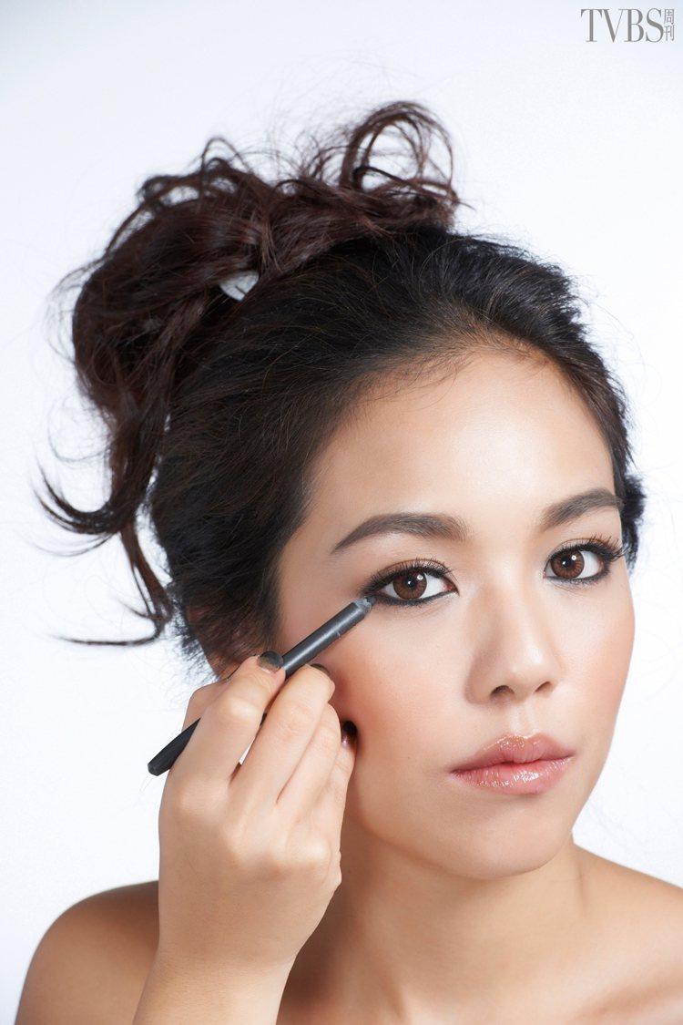step1.描繪細眼線:利用眼線筆先沿著下眼瞼輪廓描繪一條細細的眼線。圖/TVB...
