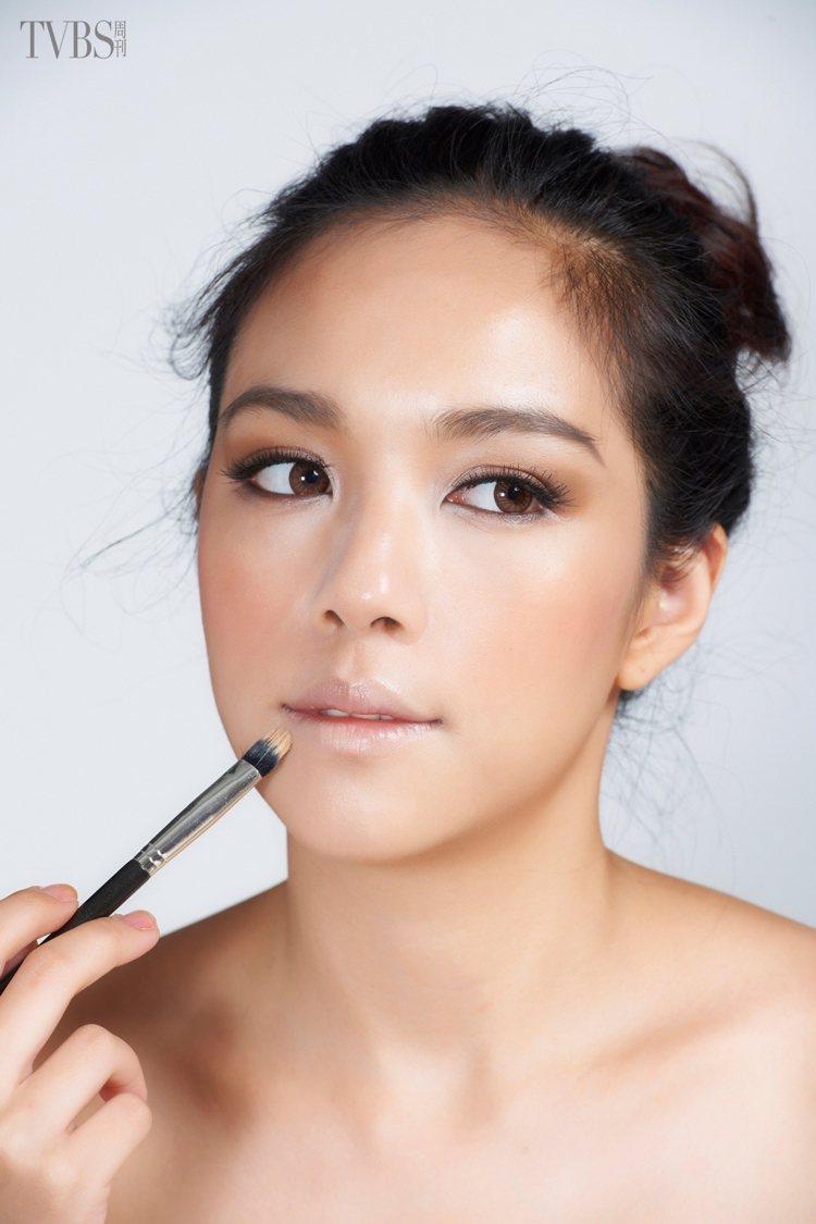 step1.模糊唇形使用少許的粉底或唇部遮瑕膏,修飾模糊唇部的輪廓。圖/TVBS...