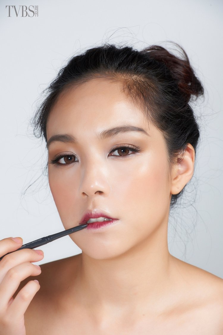 step2.內側搽深色唇膏:然後將葡萄紫紅色唇膏,塗抹在唇瓣內側。圖/TVBS周...