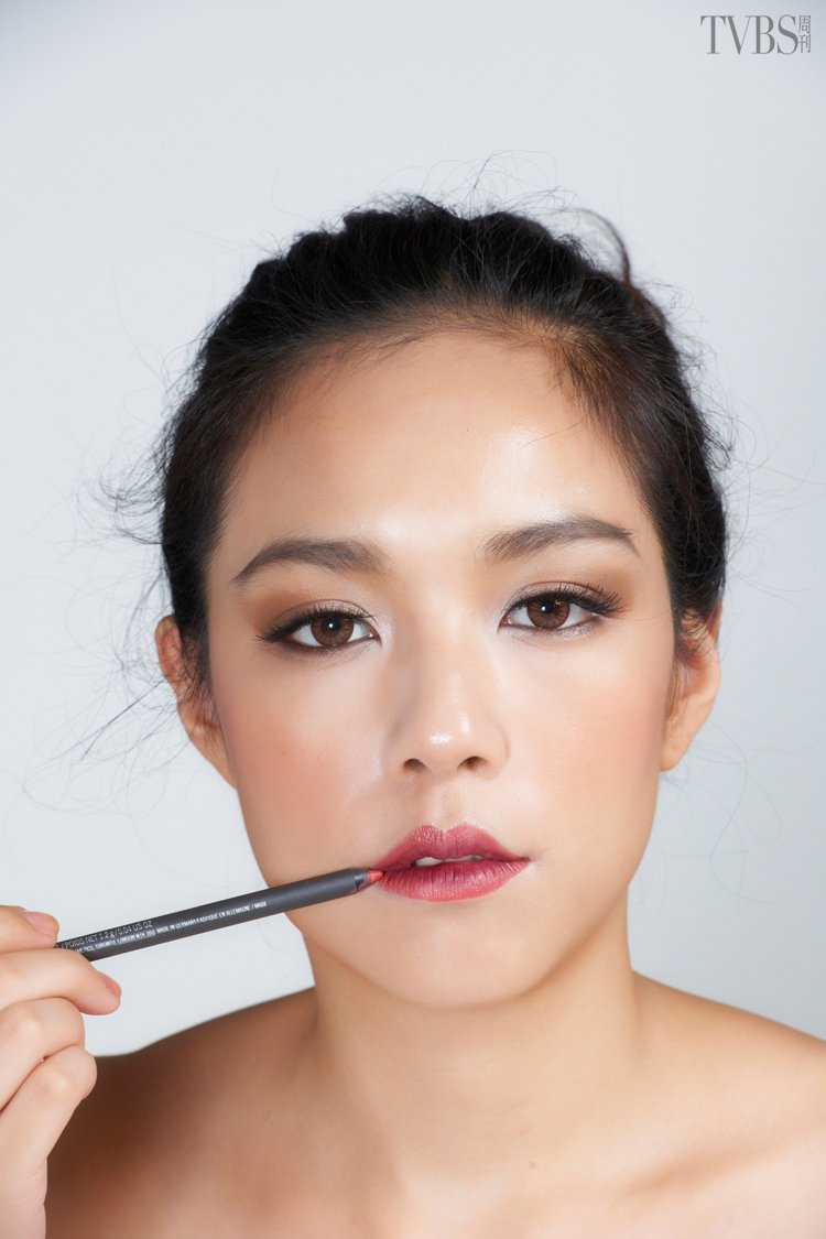 step3.外側搽淺色唇膏:唇瓣的外側塗上較淺色的橘紅色唇膏。圖/TVBS周刊