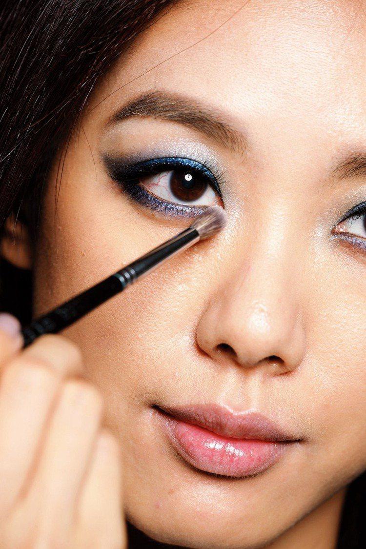 STEP3 珠光裸色眼影:用淺褐色打亮圖示兩處。圖/大美人