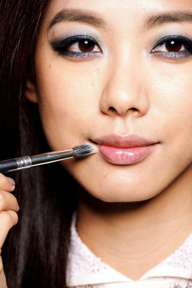 STEP1 粉底液模糊唇線:沾粉底液,輕刷上下唇線。圖/大美人