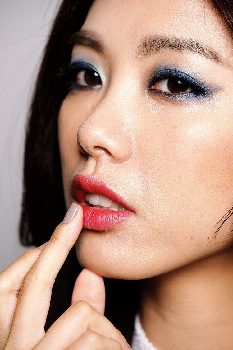 STEP2 拍點暈染的唇色:從唇中央向兩側拍點開。圖/大美人