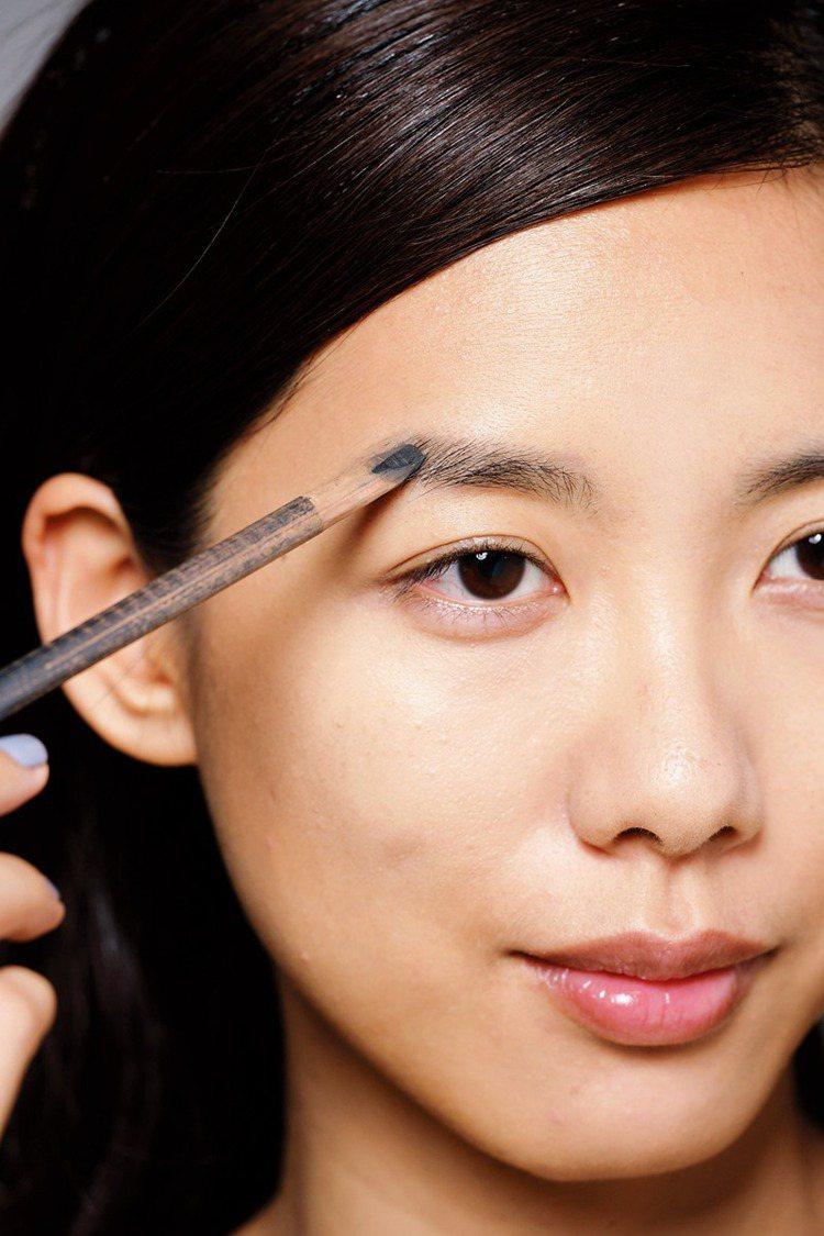 POINT 呼應長型眼妝:眉毛畫得跟眼影一樣長,展現強勢美感。圖/大美人