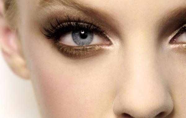 眼妝經常成為我們妝容的重點部位,然而眼周容易出油的情況與炎熱天氣,也是造成暈染脫...