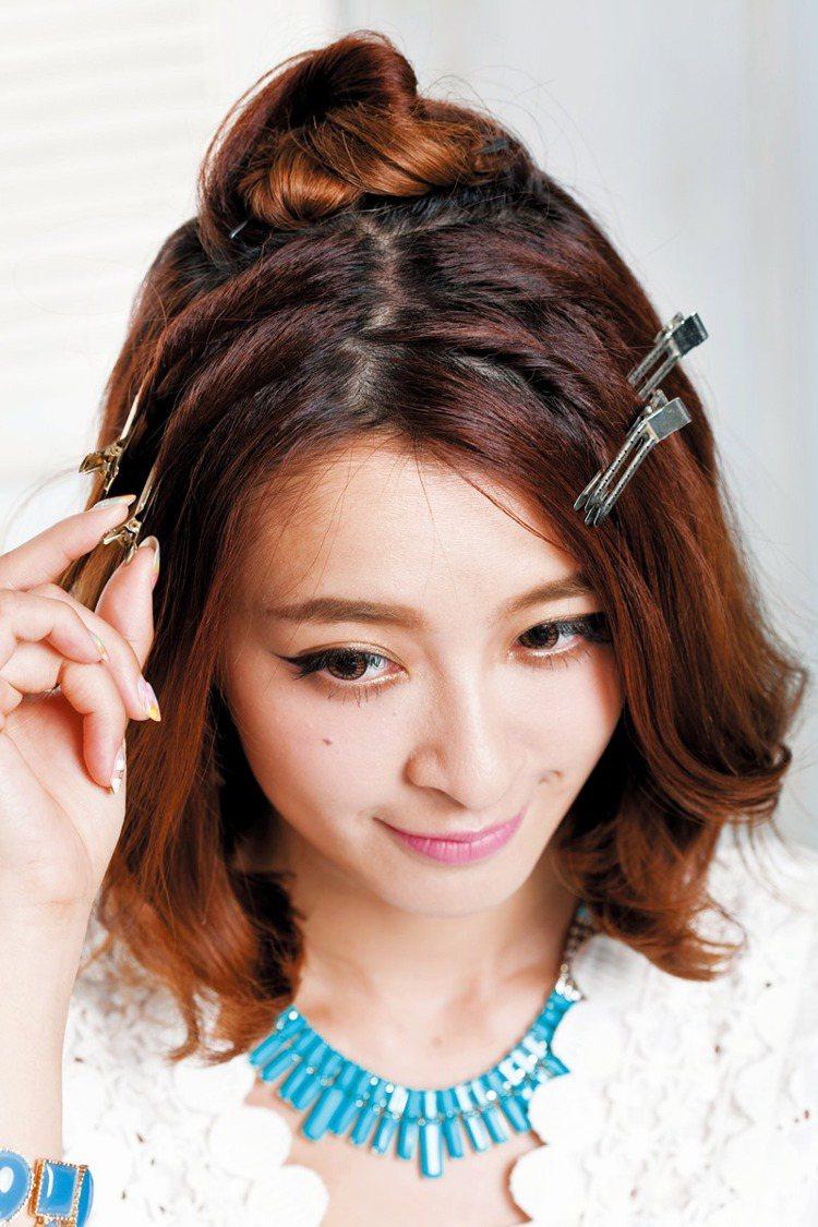 STEP1:兩側隨興抓出四束頭髮,腦後也留一大束頭髮。圖/美人誌