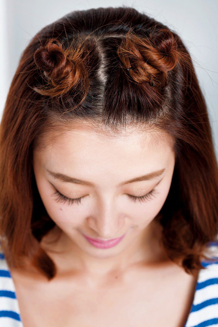 STEP1:前區分兩邊,皆從頭皮開始編正股編,編至髮線處就轉三股編。圖/美人誌