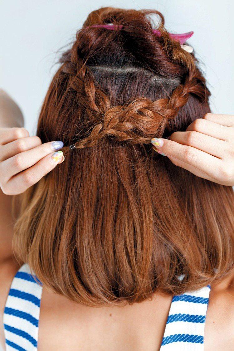 STEP2:兩隻辮子在後面交叉,以小黑夾固定後再放下後區頭髮。圖/美人誌