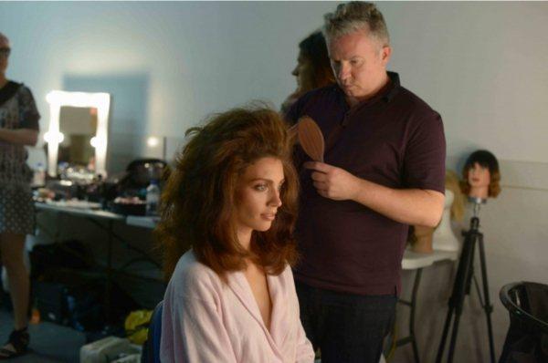 step3:從髮根基底與兩側開始,利用鬃毛梳往上梳製造蓬度,再輕柔地將表面髮絲向...