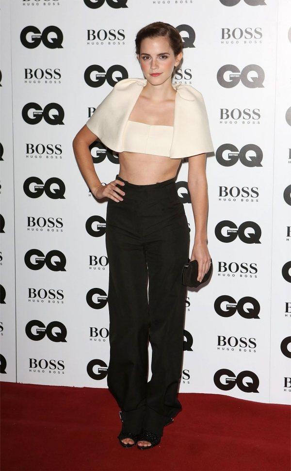 艾瑪華森利用短版上衣搭配寬鬆高腰西裝褲柔和剛硬的褲裝曲線,平衡下半身寬鬆線條展露...