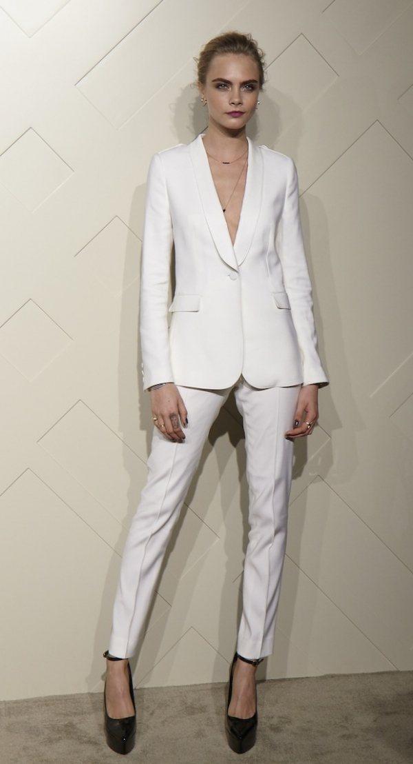 Cara Delevingne出席BURBERRY上海派對以一身白色西裝套裝展現...