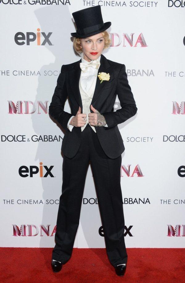 瑪丹娜的西裝造型走貴族公爵路線。圖/she.com Taiwan提供
