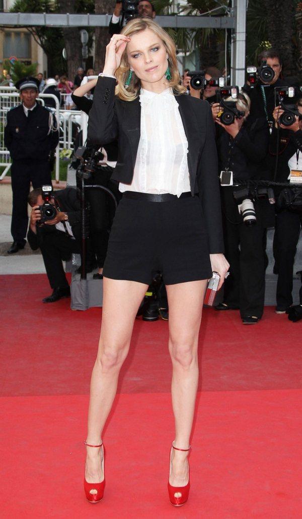 合身套裝內搭半透明襯衫讓黑色內衣若隱若現展現透視性感。圖/she.com Tai...