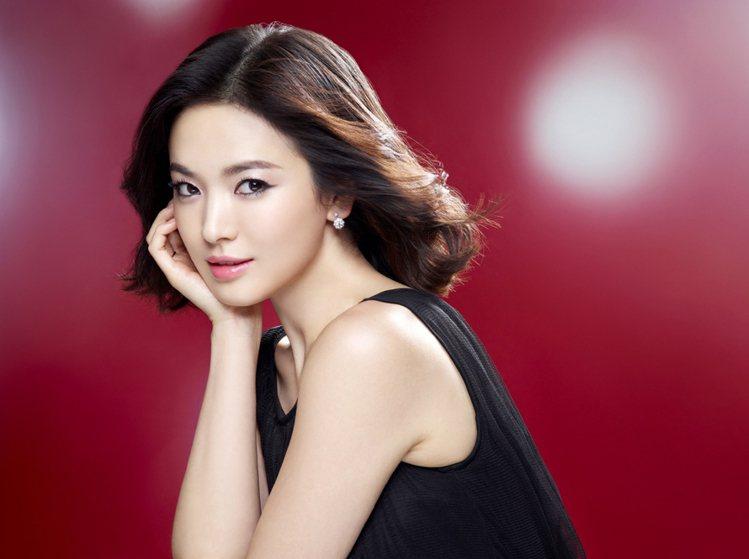 LANEIGE代言人宋慧喬示範甜美可愛的耶誕妝容。圖/蘭芝提供