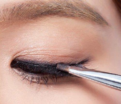 step 1以深咖啡眼影粉代替眼線,眼尾略拉長,眼球上方可暈高一點。圖/she....