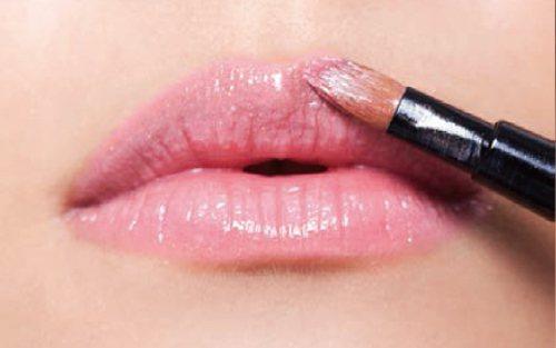 step 5 用蜜口紅或唇彩先薄塗唇部,再加強上下唇中央,製造光澤感。圖/she...