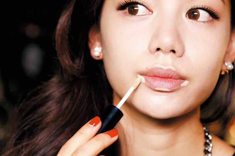 STEP1:在畫唇彩前,先使用遮瑕液將唇周小瑕疵去除,讓畫上去的唇色能顯得更俐落...
