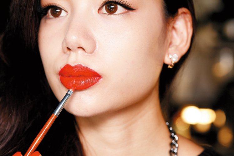 STEP3:立體的紅唇秘訣就是不要將唇膏直接畫在唇上,利用唇刷從唇中央往上畫,這...