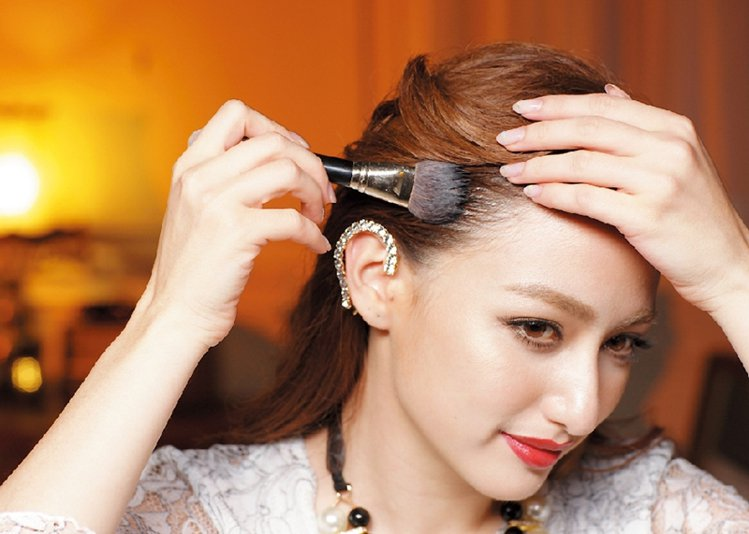 STEP4:髮雕擠在小碗中,用刷子沾取,將額頭上方的頭髮梳上髮雕。圖/美人誌提供