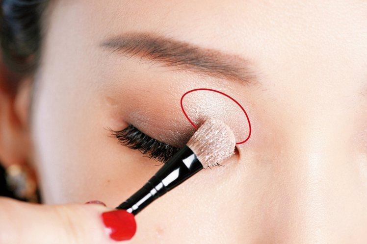 STEP1:眼頭到眼中刷上閃亮眼影。圖/大美人提供