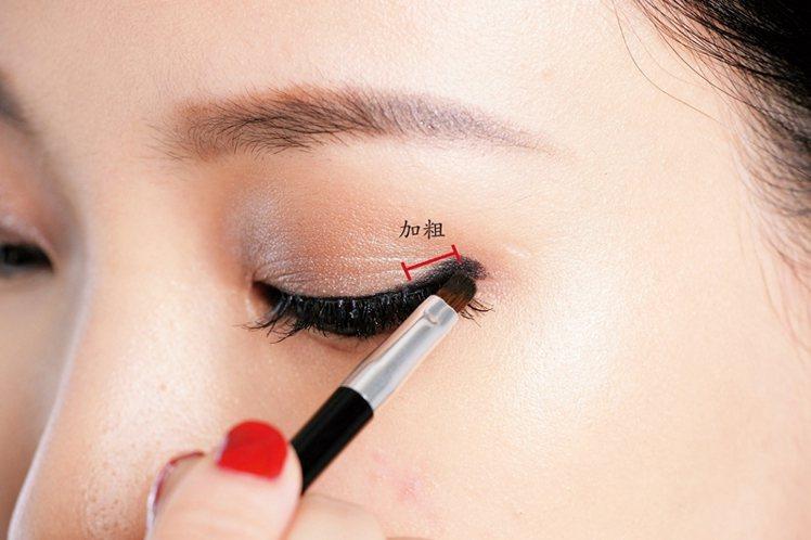 STEP2:先描一條眼線後,眼尾1/3處加粗。圖/大美人提供