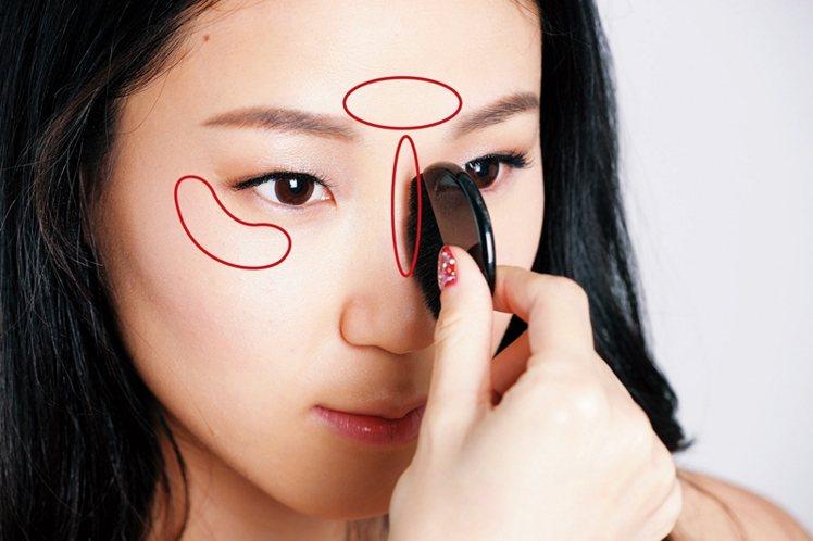 STEP2:將打亮粉刷在鼻樑和眼尾C字部位。圖/大美人提供