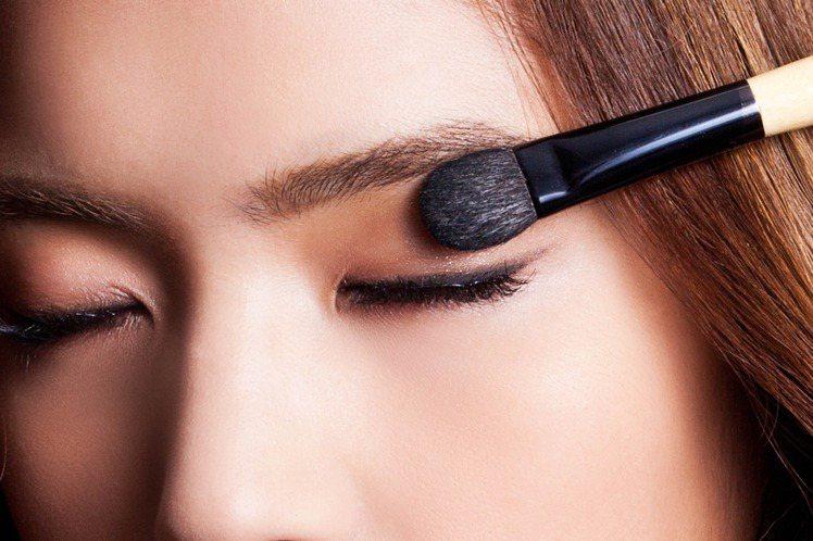 step 1 粉色眼影打底:利用鬆軟的大眼影刷沾取粉色眼影,於眼窩處大片暈染。圖...