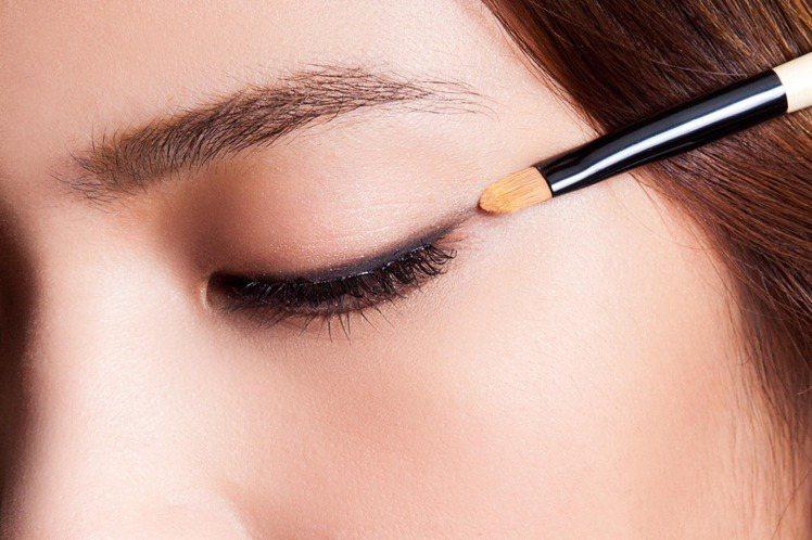 step 2 平拉眼線:利用持久防水的眼線膠或眼線霜,延著睫毛根部從眼頭致眼尾處...
