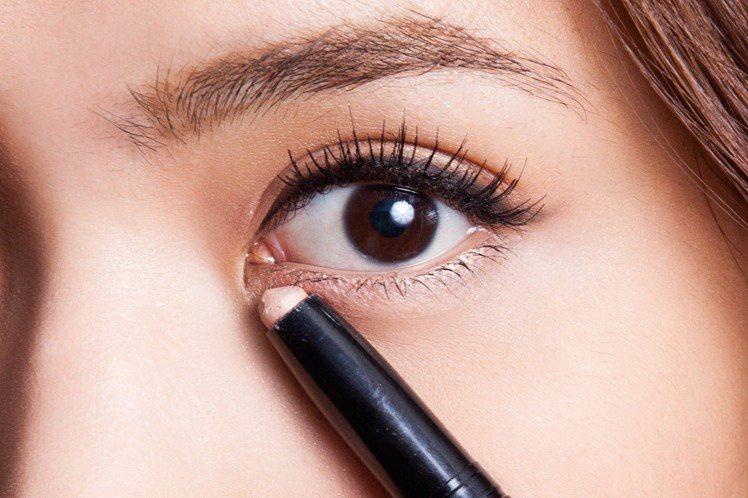 step 3 提亮眼神:使用方便快速的金色眼影筆,於下眼影輕輕描繪,寬度約為0....