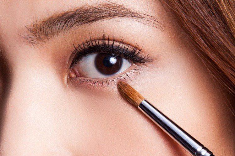 step 4 增加澎潤感:使用細緻的粉色眼影於臥蠶處做暈染,範圍可較第3步驟的眼...