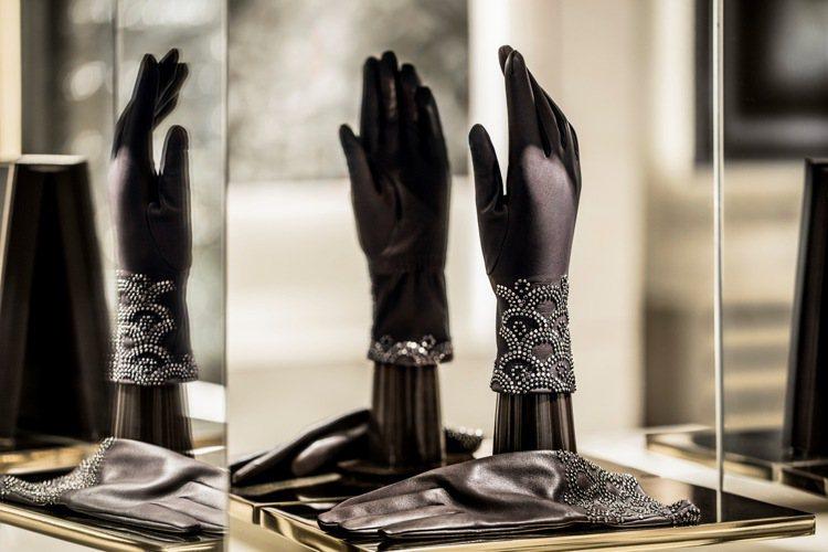 嬌蘭之家還有一個區域是專屬於香榭麗舍68號的創作作品,如芳香手套、扇子和圍巾。圖...