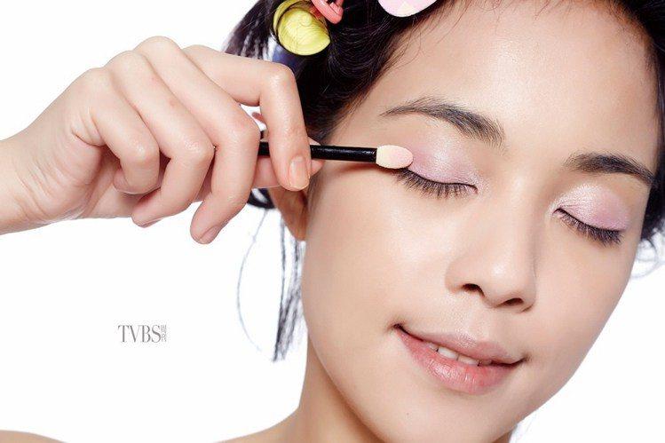step 1 粉紅眼影打底。圖/TVBS周刊