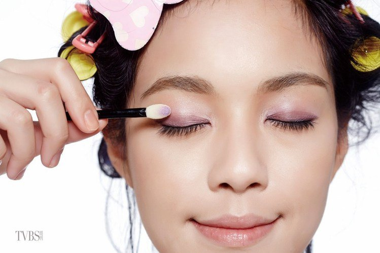 step 3 補紫色眼影。圖/TVBS周刊