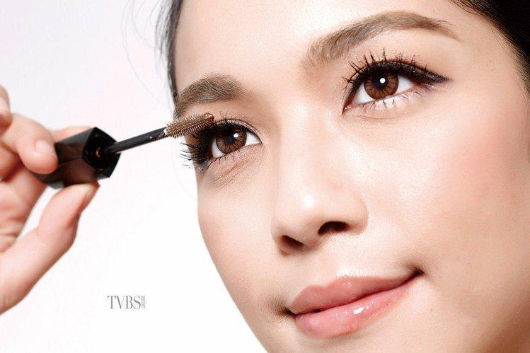 step 4 刷出濃翹睫毛。圖/TVBS周刊