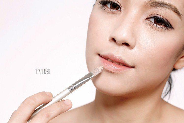 step 5 遮掉原唇線。圖/TVBS周刊