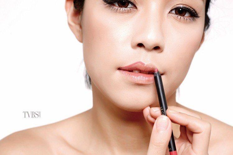 step 6 描出紅唇形。圖/TVBS周刊